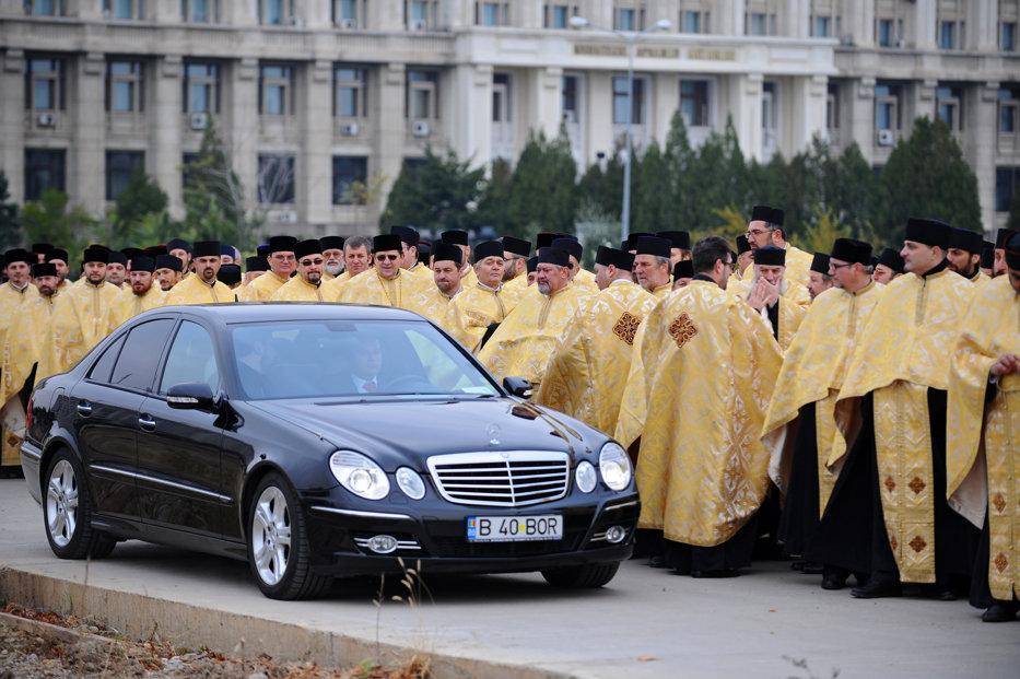 """Cu gândul la banii Bisericii, ministrul de Finanţe a găsit momentul pentru o """"discuţie informală"""" cu Patriarhul. Planul pe care Teodorovici l-ar discuta şi """"la slujba de duminică"""""""