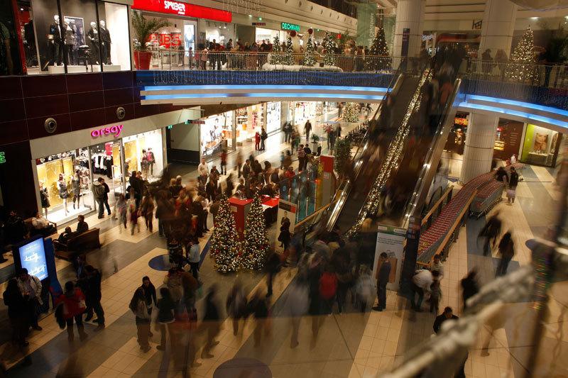 Primul retailer important care îşi închide magazinele din mallurile mari din România