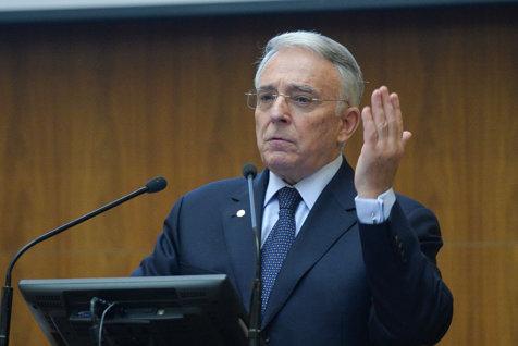 """Isărescu îi temperează pe PSD-işti. """"Dânşii spun, din sondaje, ce vrea votul popular, noi arătăm, cu cifre, cât poate da economia"""". Reacţia lui Dragnea"""