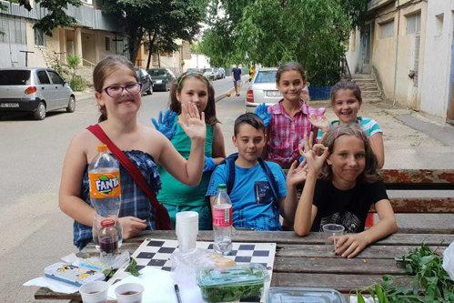 Micii antreprenori din Galaţi: Cinci copii vând fructe proaspete şi sucuri naturale lângă bloc