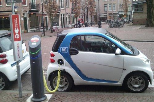 Românii şi italienii sunt cei mai interesaţi europeni să cumpere maşini electrice