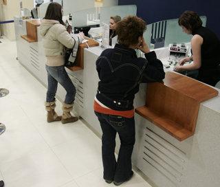 80% dintre români nu plătesc rata la timp. Bancherii vor să-i păsuiască.
