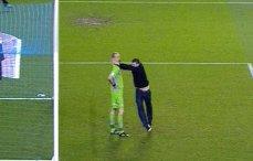 Portarul unei echipe britanice de fotbal, atacat pe teren de un suporter al formaţiei adverse. VIDEO