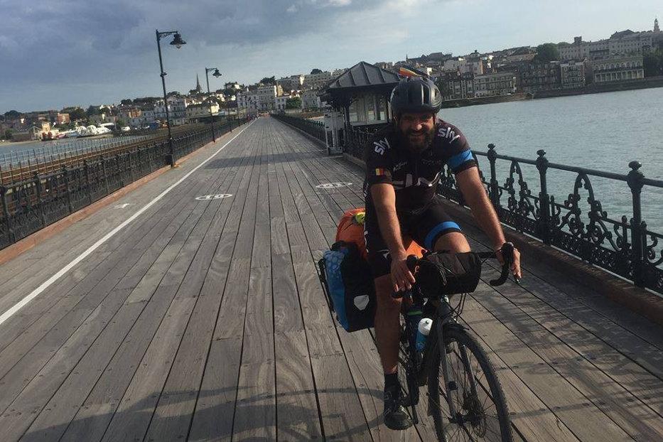 Motivul pentru care un român străbate Europa pe bicicletă
