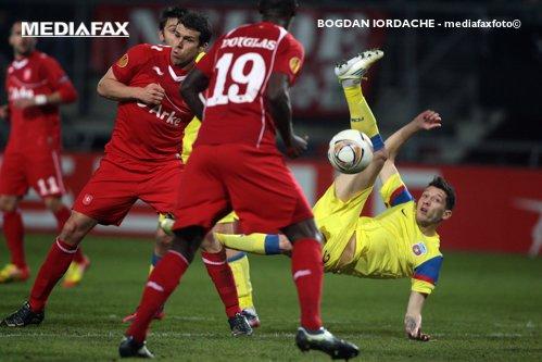 Patrick Kluivert a pariat pe meciurile lui Twente, la care era antrenor secund. Olandezul a pariat chiar şi la un meci cu Steaua