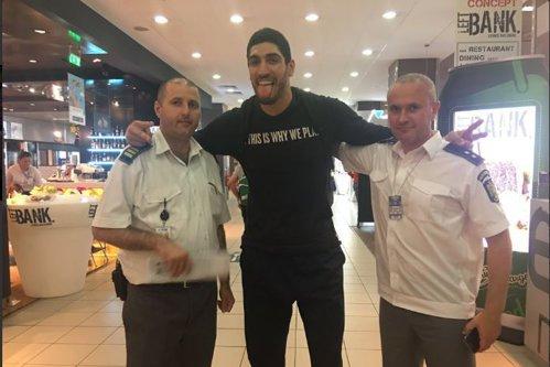 Mâna lungă a lui Erdogan la Bucureşti. Un star NBA fan Gulen a fost oprit pe Otopeni, pentru că turcii i-au suspendat paşaportul