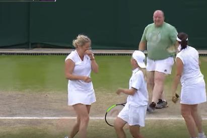 Moment hilar la Wimbledon. Cum s-a descurcat pe teren un fan, după ce a fost îmbrăcat într-o fustă de tenis de Kim Clijsters. VIDEO