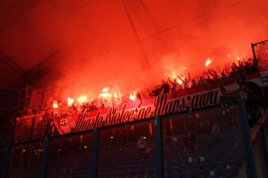 Jucătorii Legiei Varşovia, bătuţi şi umiliţi de suporterii lor după o înfrângere: I-au dat jos din autocar şi le-au aplicat lovituri peste ceafă şi palme peste faţă