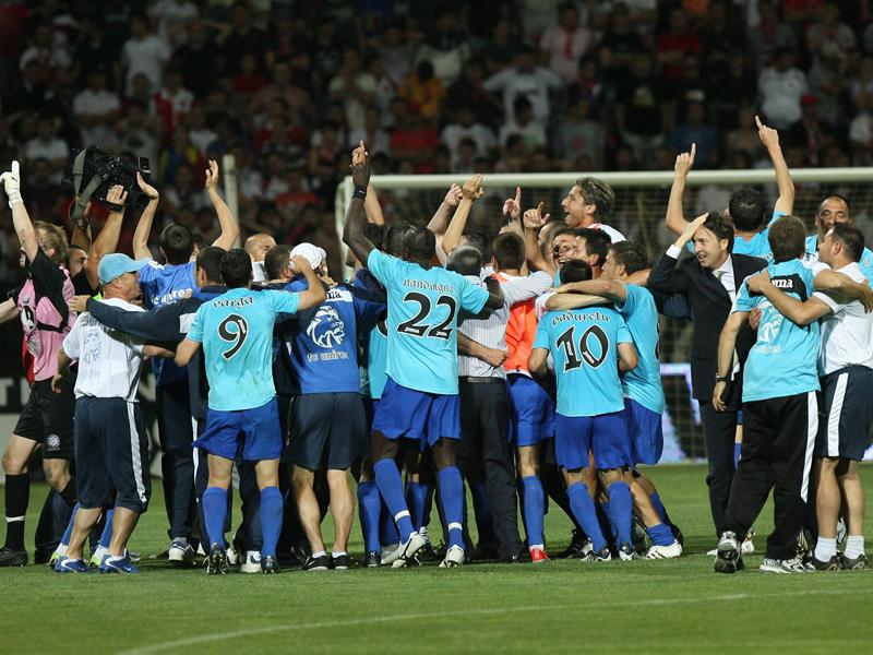 Au făcut ISTORIE în fotbalul din România, dar acum riscă să rămână pe DRUMURI. Cazul incredibil al campionilor care sunt la un pas de EVACUAREA din case