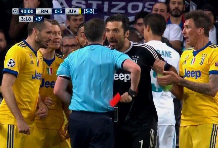"""""""Nu ai inimă în piept, ci un tomberon. Decizia a fost a unui animal, nu a unui om!"""". Reacţia nervoasă care i-a adus unui jucător-simbol primul roşu din cariera sa în Champions League"""