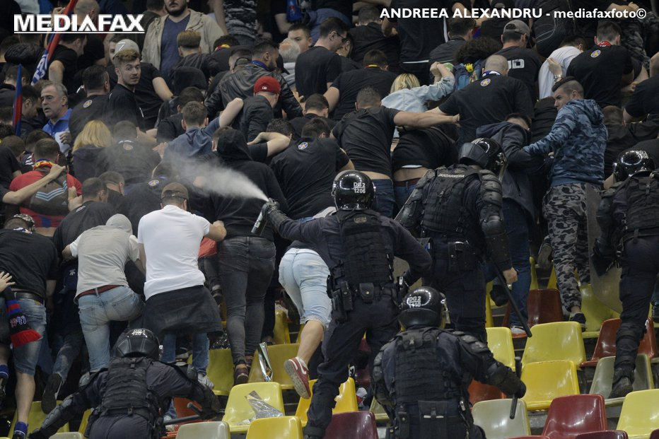 De la ce a pornit scandalul la Steaua - Rapid. Bătaia între ultraşi, începută dintr-o confuzie majoră. Jandarmeria a făcut uz de gaze lacrimogene între femei şi copii