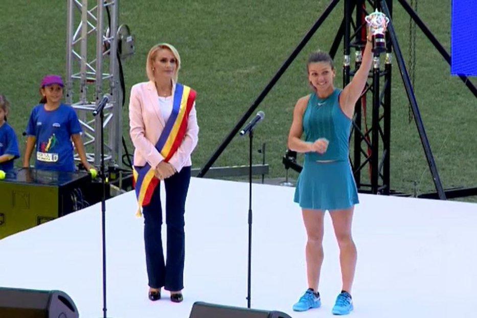 Simona Halep, cu trofeul de la Roland Garros pe Arena Naţională