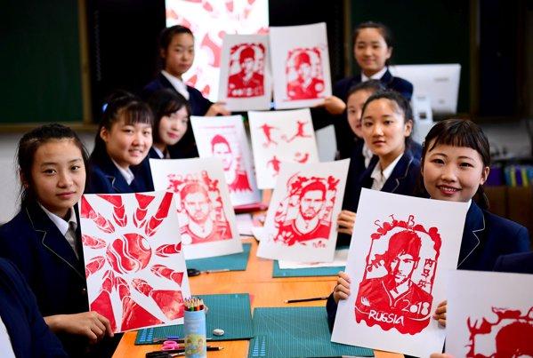 Elevele unei școli de artă din China au desenat portretele fotbaliștilor de la Mondial
