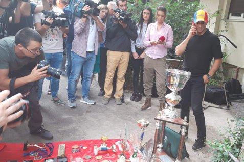 Marian Drăgulescu, PROTEST în faţa MTS, după ce a fost EXCLUS din lotul pentru Glasgow. Gimnastul a adus TOATE TROFEELE câştigate de-a lungul carierei