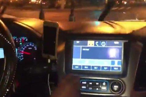 A urlat şi a dansat haotic în maşina unui şofer UBER, care l-a dat IMEDIAT JOS. Un mare PUGILIST nu mai are voie să folosească aplicaţia de ride-sharing