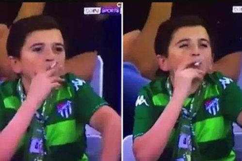 """Câţi ani are, de fapt, """"copilul de 11-12 ani"""" filmat în timp ce trăgea cu sete dintr-o ţigară la un meci de fotbal - FOTO"""
