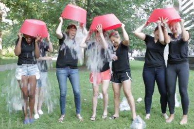 Ice Bucket Challenge: de la cauză nobilă, la maimuţăreală ieftină, narcisism deghizat în filantropie şi manevră de PR şi autopromovare