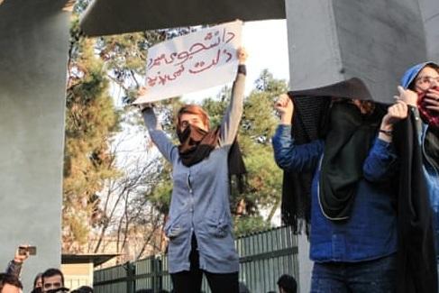 """Iran. Protestatarii ard portrete ale Ayatollahului Khamenei, antiprotestatarii strigă """"Moarte răzvrătiţilor!"""""""