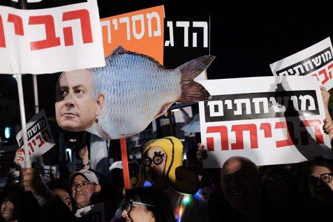 """Cel mai nou slogan la protestele anticorupţie din Israel: """"Să fii porc nu e kosher!"""""""