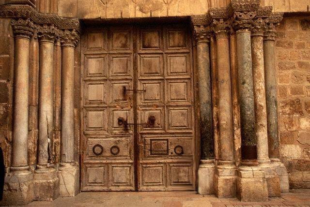 Biserica Sfântului Mormânt, închisă ca o tarabă din şuk