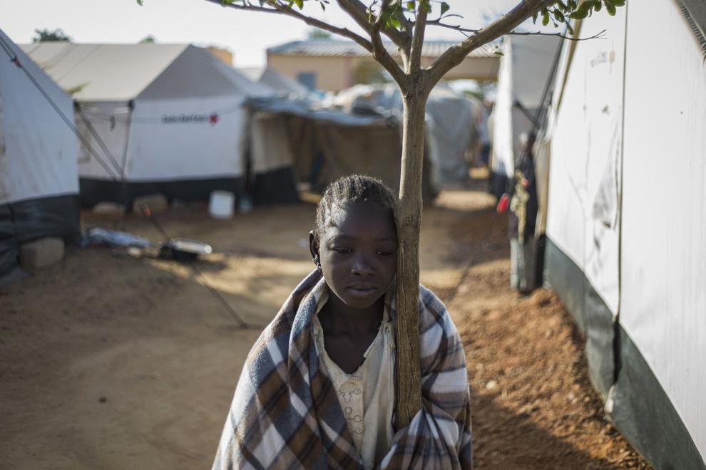 O fată care a fugit din nordul statului Mali, se sprijină de un copac într-o tabără pentru refugiaţi, în Sevare, miercuri, 23 ianuarie 2013.