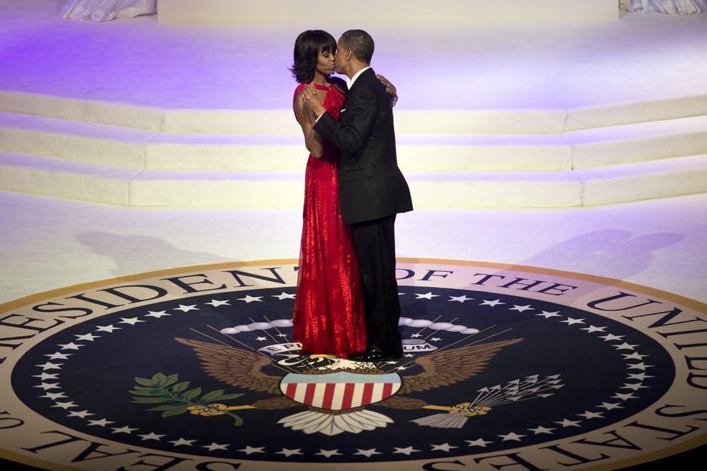 Barack Obama şi Michelle Obama se sărută în timp ce dansează la balul organizat cu ocazia ceremoniei de învestire pentru al doilea mandat de preşedinte, în Washington, DC, luni, 21 ianuarie 2013.