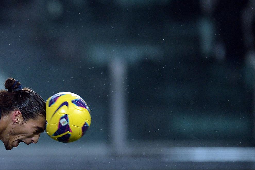 Fundaşul uruguaian al echipei Juventus Torino, Martin Caceres, loveşte mingea cu capul în timpul partidei de Serie A contra echipei Udinese, în Torino, sâmbătă, 19 ianuarie 2013.