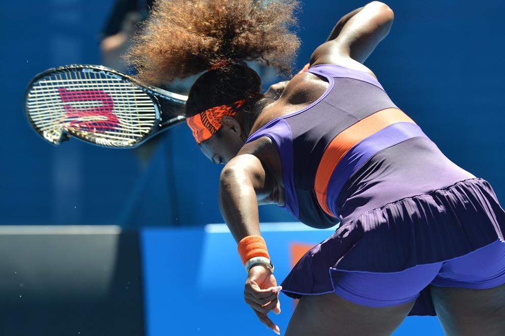 Americanca Serena Williams loveşte racheta de tenis în timpul meciului împotriva compatrioatei sale, Sloane Stephens, în cea de-a zecea zi a turneului Australian Open,în Melbourne, miercuri, 23 ianuarie 2013.