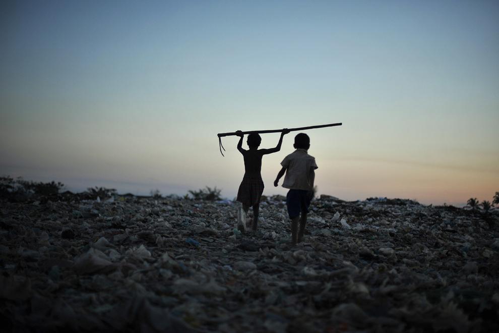 Fotografia din 22 ianuarie 2013 înfăţişează doi băieţi din Myanmar ce ţin o unealtă folosită la colectarea diverselor materiale din groapa de gunoi de lângă oraşul Yangon. Myanmar este una dintre cele mai sărace ţari ale Asiei.
