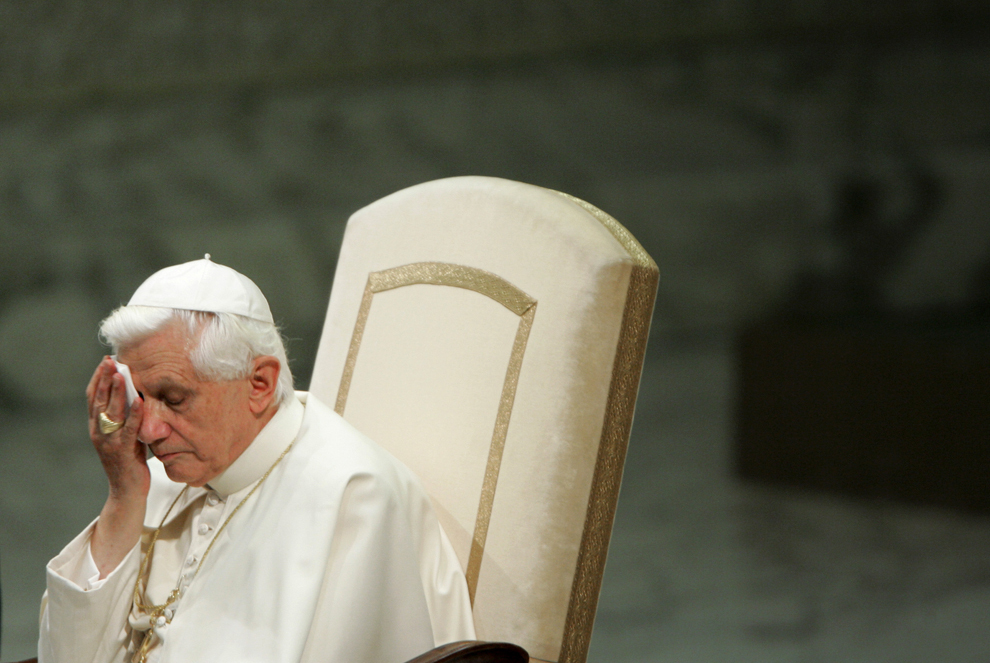 Papa Benedict al XVI-lea îşi şterge faţa cu un şerveţel, în timpul audienţei săptămânale din sala Paul VI, în Vatican, miercuri, 30 august 2006.