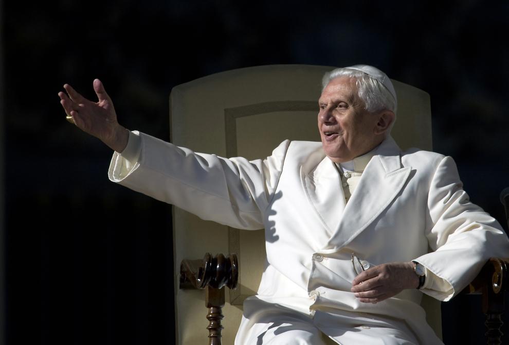 Papa Benedict al XVI-lea salută credincioşii în timpul audienţei generale săptămânale, în Vatican, miercuri, 19 noiembrie 2008.
