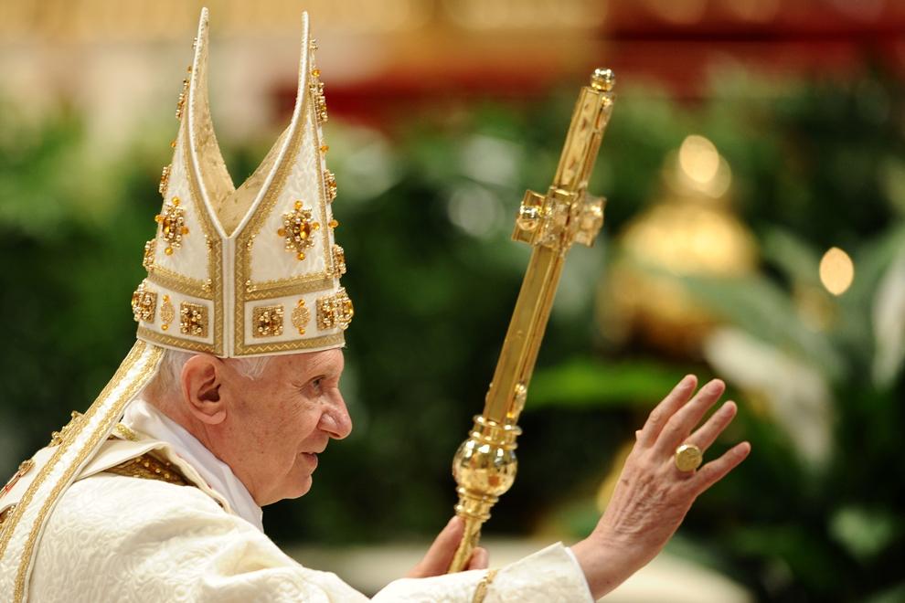Papa Benedict al XVI-lea salută mulţimea adunată în piaţa Sf. Petru, la sfârşitul  liturghiei din Joia Sfântă, parte a Săptămânii Patimilor, în Vatican, joi, 21 aprilie 2011.
