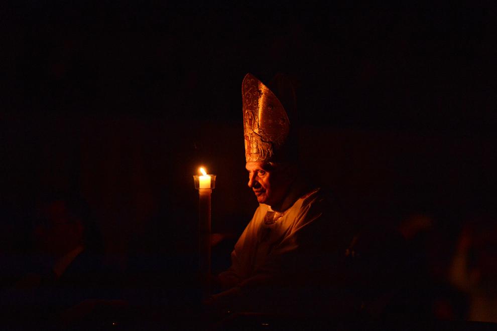 Papa Benedict al XVI-lea ţine o lumânare în timpul unei procesiuni din Sâmbăta Mare, la basilica Sf. Petru, în Vatican, sâmbătă, 7 aprilie 2012.