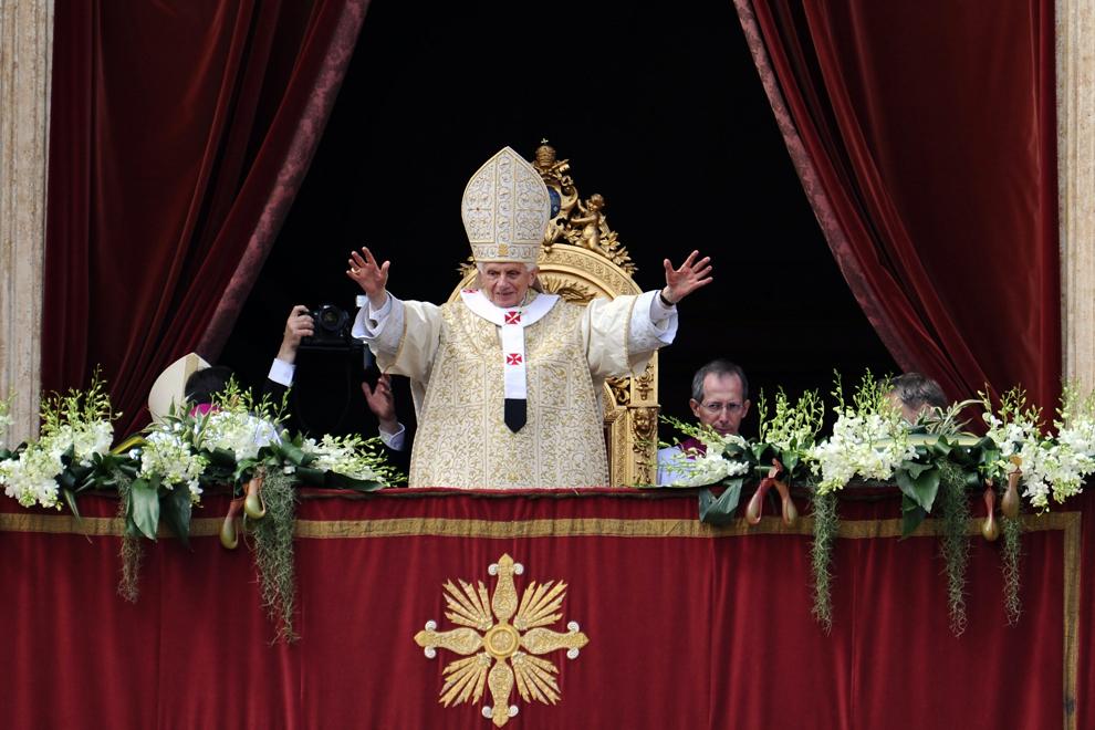 """Papa Benedict al XVI-lea oferă mesajul """"Urbi et Orbi"""" şi binecuvântează credincioşii adunaţi în piaţa Sf. Petru, din loja centrală a basilicii Sf. Petru, în Vatican, duminică, 8 aprilie 2012."""