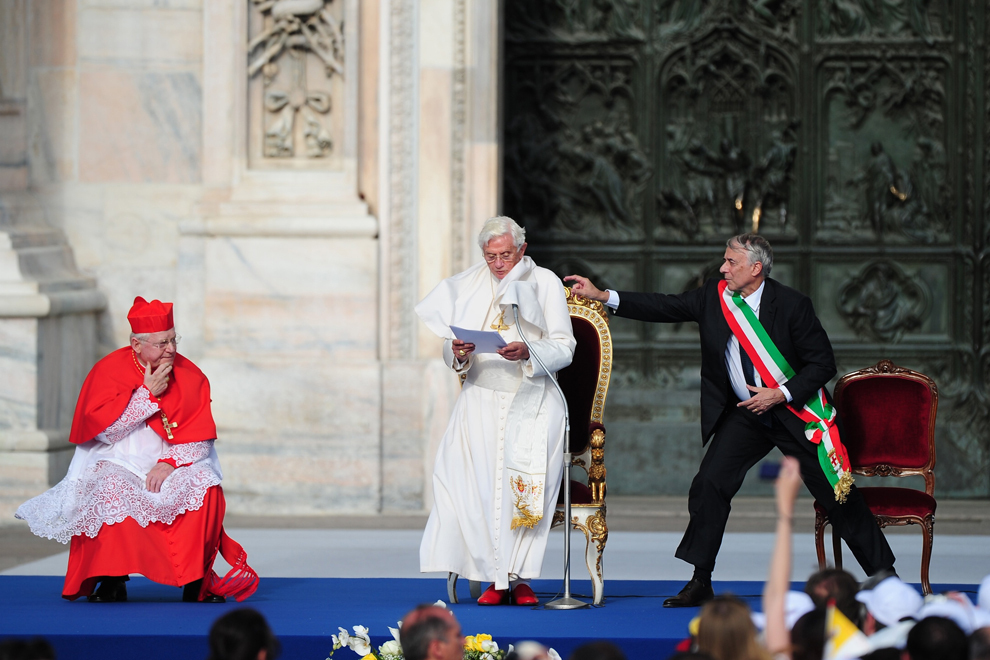 Papa Benedict al XVI-lea ţine un discurs, lângă arhiepiscopul de Milano, cardinalul Angelo Scola, în timp ce primarul oraşului Milano, Giuliano Pisapia îl ajută pe pontif, în timpul unei întâlniri cu pelerinii,în Milano, vineri, iunie 2012.