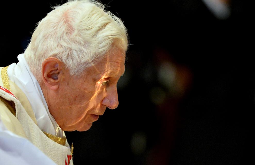 Lumina se reflectă dintr-un potir pe faţa Papei Benedict al XVI-lea, în timpul Sfintei Liturghii, la basilica Sf. Petru, în Vatican, duminică, 25 noiembrie 2012.