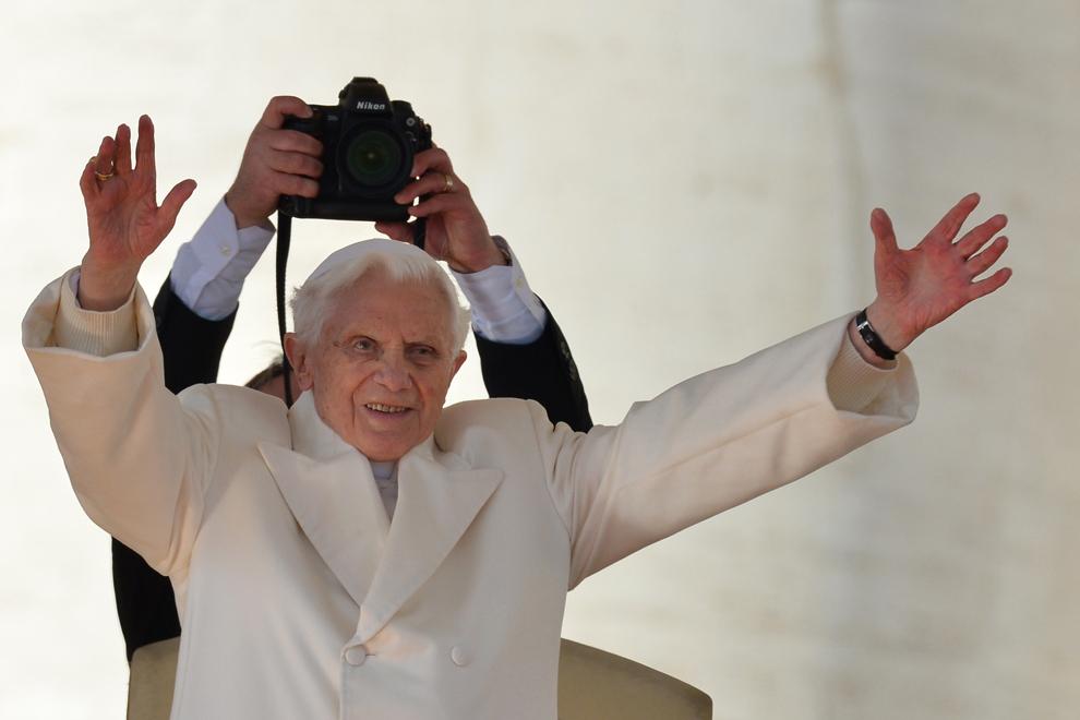 Papa Benedict al XVI-lea salută credincioşii la sosirea în piaţa Sf. Petru, în timpul ultimei sale audienţe săptămânale înaintea demisiei, în Vatican, miercuri, 27 februarie 2013.