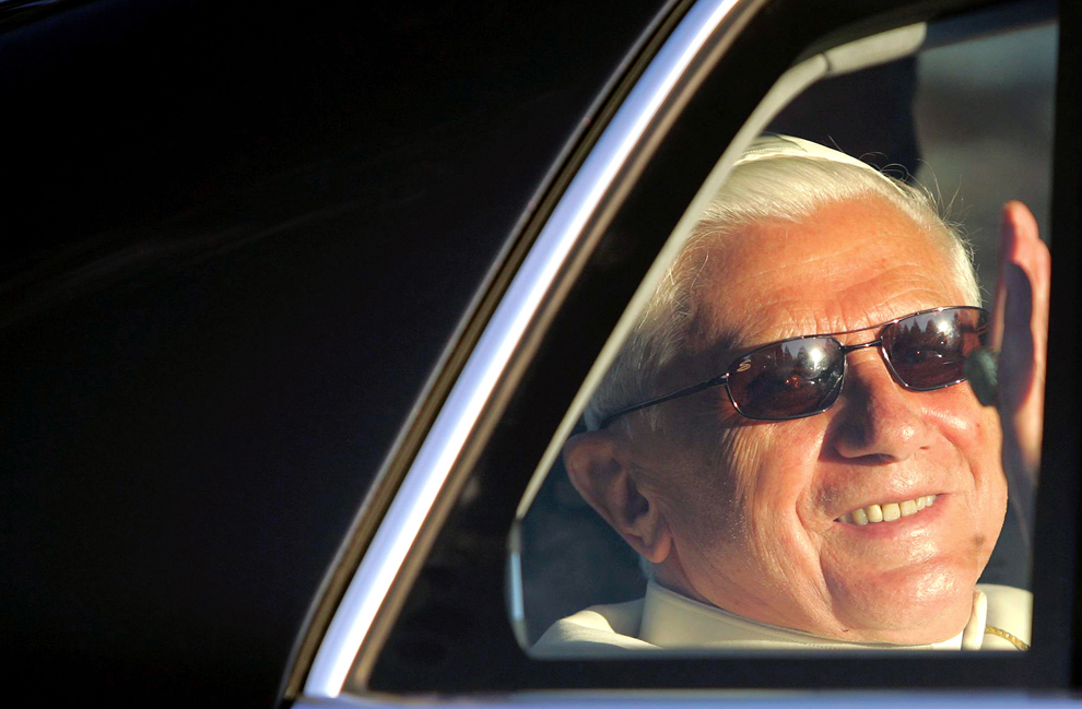 Papa Benedict al XVI-lea salută locuitorii din Les Combes în timpul plimbării de seară, marţi, 18 iulie 2006. Suveranul Pontif se află într-o vacanţă de două săptămâni în nordul regiunii Val d'Aosta.