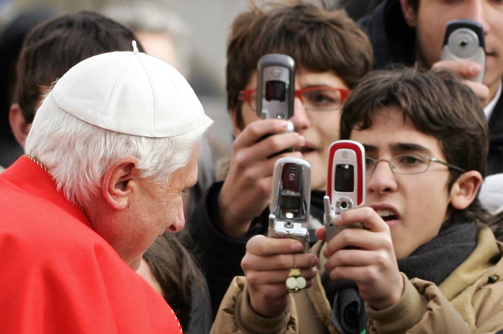 Papa Benedict al XVI-lea salută pelerinii în timpul audienţei sale generale din piaţa Sfântul Petru, în Vatican, miercuri, 28 decembrie 2005.