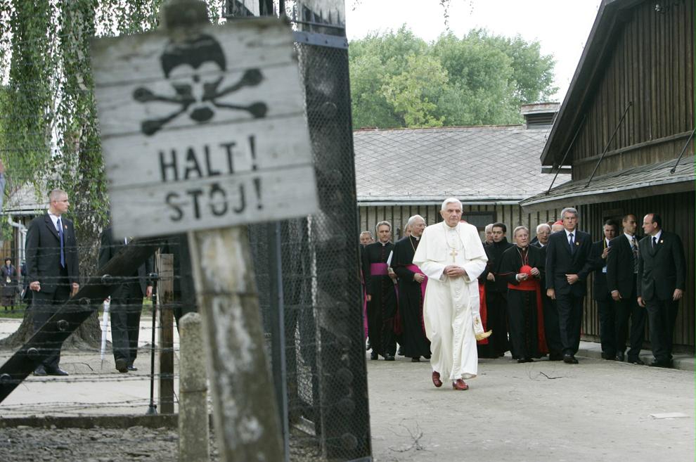 Papa Benedict al XVI-lea vizitează lagărul de  concentrare de la Auschwitz, în localitatea Oswiecim din Polonia, duminică, 28 mai 2006.