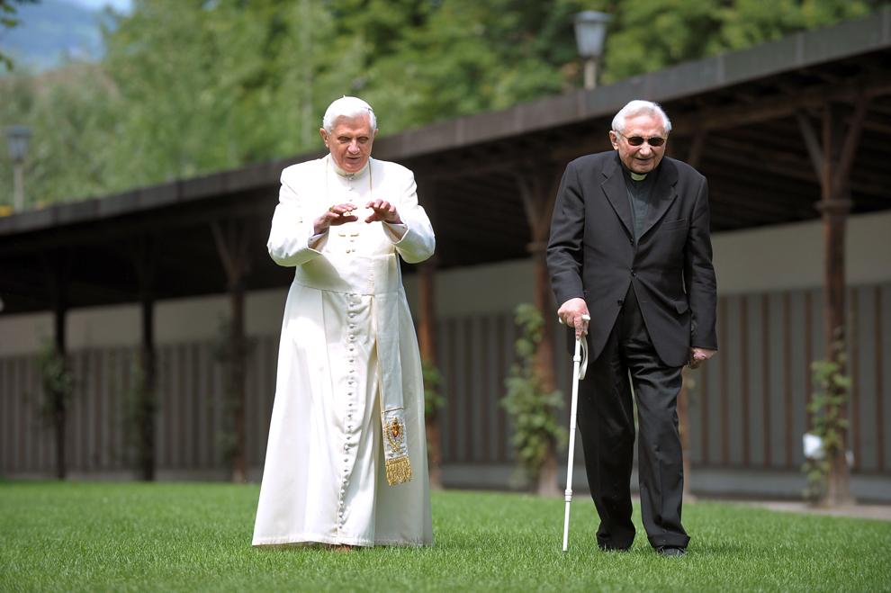 Papa Benedict al XVI-lea (S) gesticulează în timp ce se plimbă cu fratele său, episcopul Georg, în grădina reşedinţei sale de vacanţă din Bressanone, în Italia, joi, 31 iulie 2008.