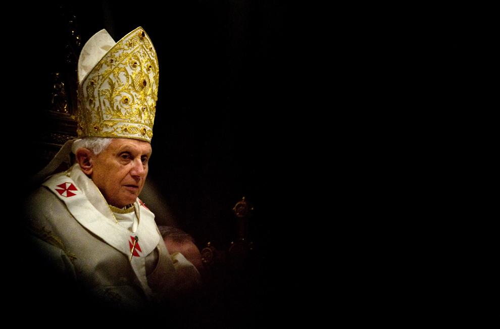 Papa Benedict al XVI-lea poate fi văzut în timpul slujbei de Bobotează, oficiată în Bazilica Sfântul Petru de la Vatican, marţi, 6 ianuarie 2009.