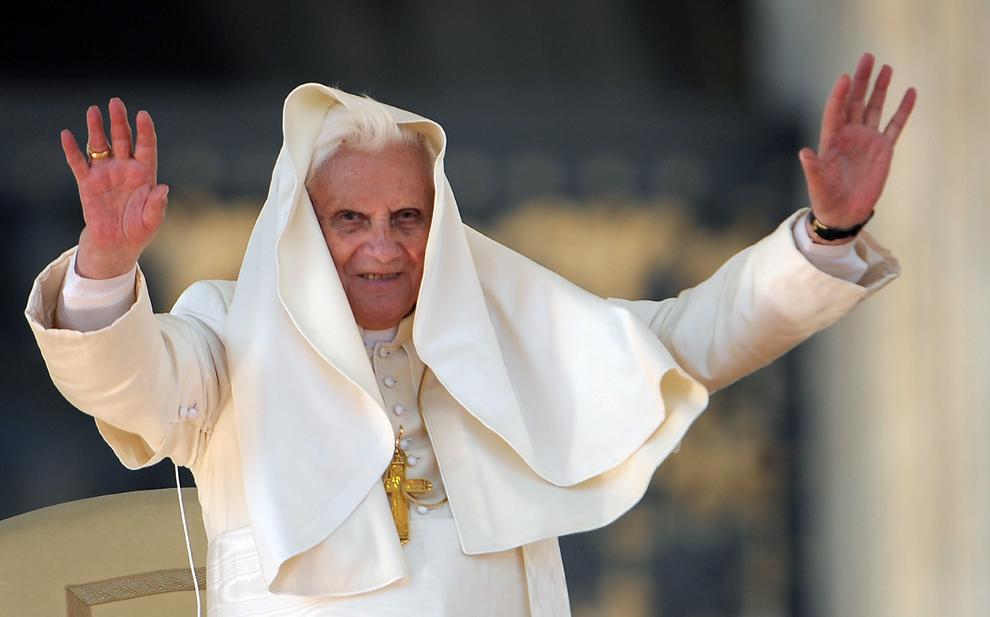 Papa Benedict al XVI-lea salută pelerinii din piaţa Sfântul Petru, în timpul audienţei sale generale săptămânale, în Vatican, miercuri, 21 octombrie 2009.