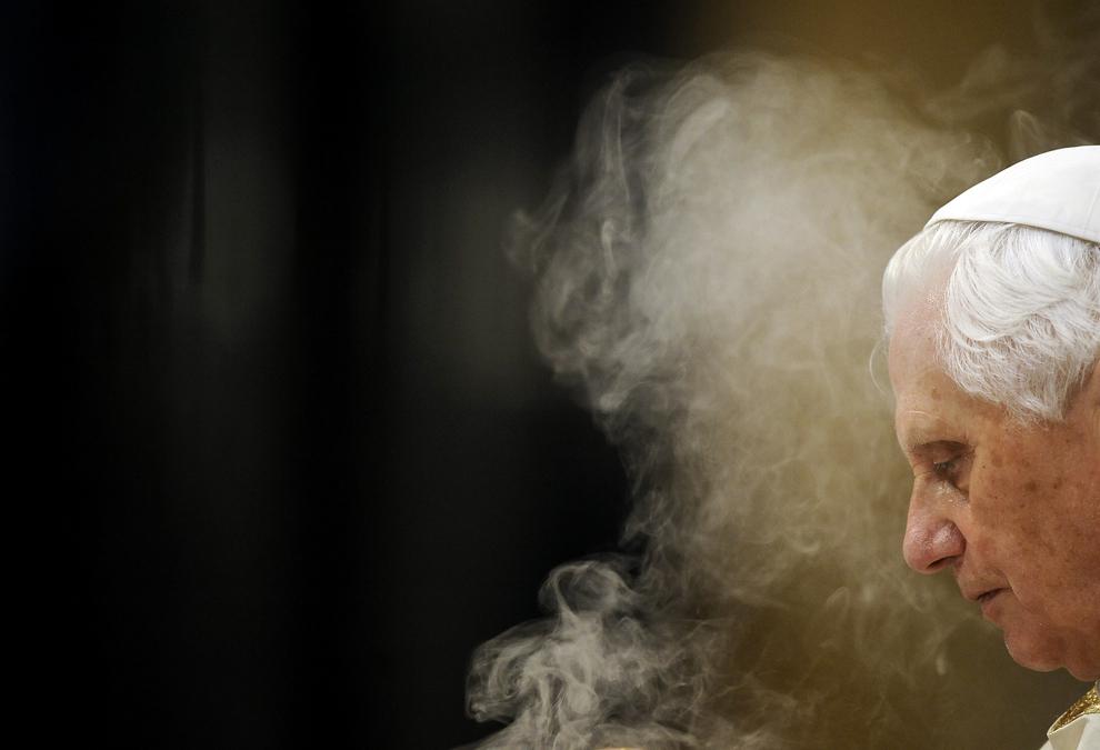 Papa Benedict al XVI-lea tămâiază în timpul oficierii slujbei Corpus Domini, în Bazilica Sfântul Petru de la Vatican, joi, 3 iunie 2010.