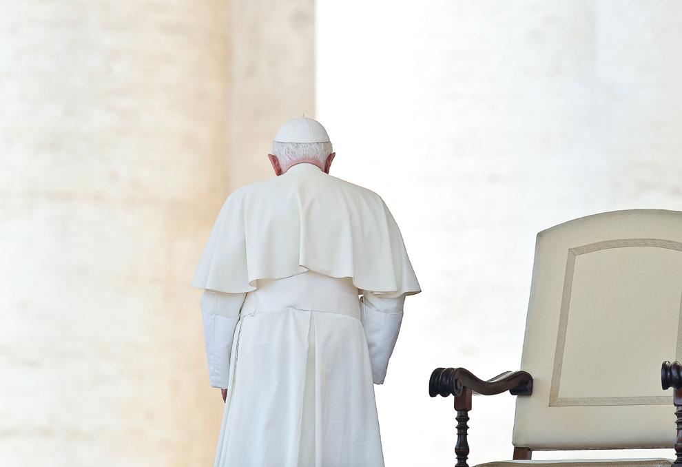 Papa Benedict al XVI-lea părăseşte piaţa Sfântul Petru, la finalul audienţei sale generale săptămânale, în Vatican, miercuri, 30 iunie 2010.