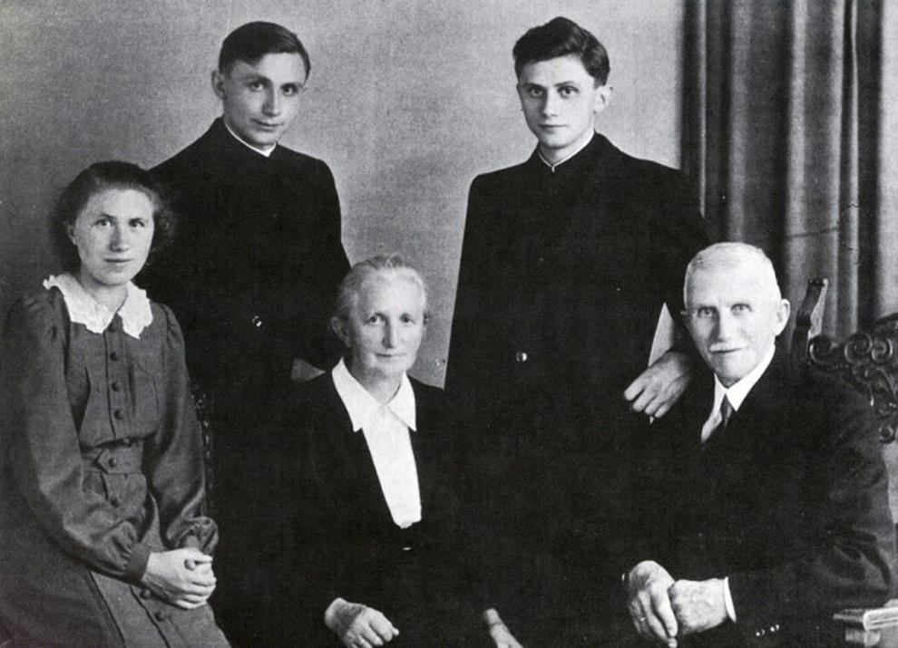 O imagine nedatată îi prezintă pe Joseph şi Maria Ratzinger, alături de copii lor, Maria, Georg şi Joseph jr. (S-D), după hirotonisirea fraţilor Georg şi Joseph. Cardinalul Joseph Ratzinger al Germaniei a fost ales papă, joi, 19 aprilie 2005.