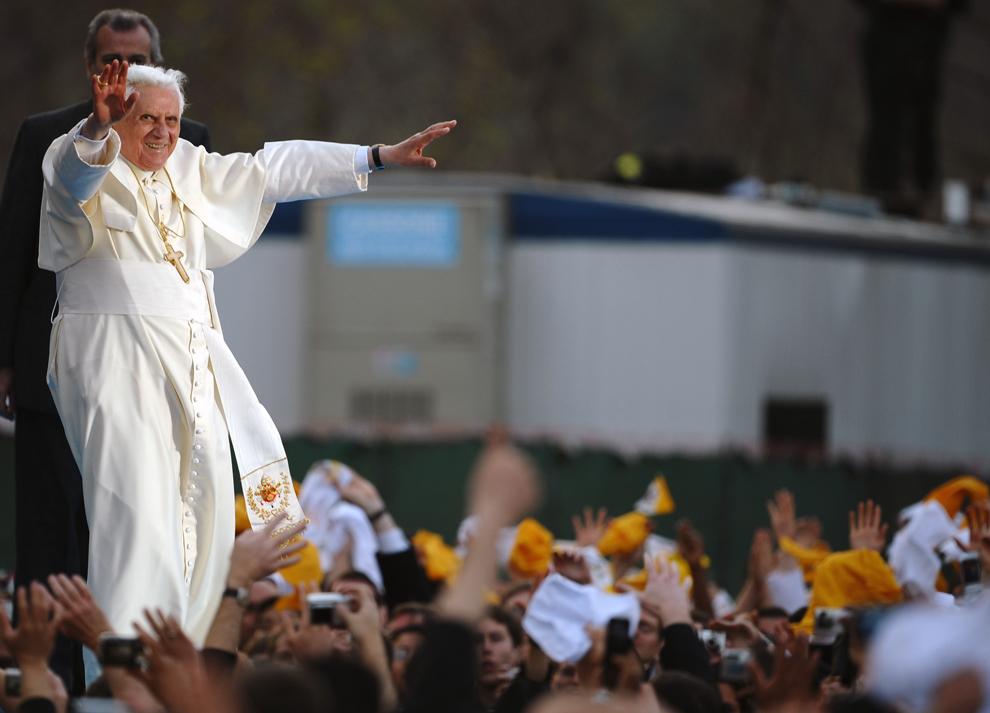Papa Benedict al XVI-lea salută tinerii la sfârşitul unei adunări găzduite de seminarul Sfântul Iosif din Yonkers, New York, sâmbătă, 19 aprilie 2008.