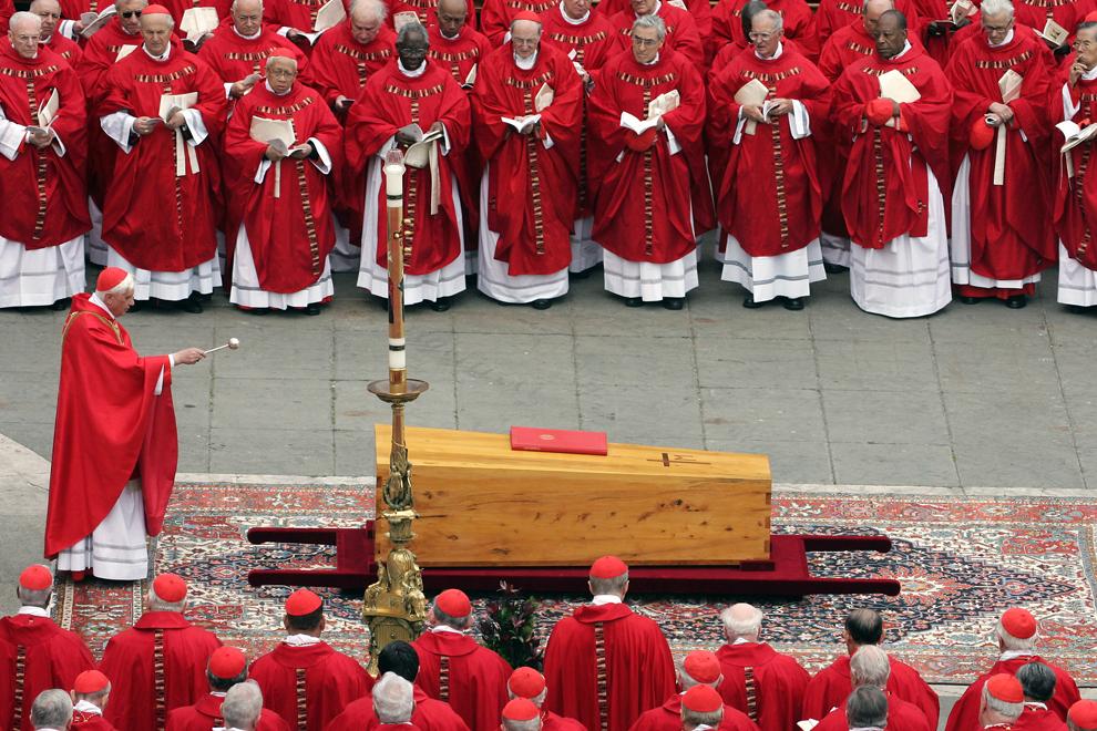 Cardinalul german Joseph Ratzinger binecuvântează sicriul Papei Ioan Paul al II-lea în timpul funeraliilor din piaţa Sf. Petru, în Vatican, vineri, 8 aprilie 2005.