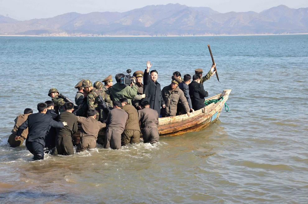 O fotografie nedatată făcută publică de către Agenţia Coreeană Centrală de Ştiri luni, 11 martie 2013, îl înfăţişează  pe liderul nord-coreean Kim Jong Un (C) părăsind, după o inspecţie, Detaşamentul de Apărare al Insulei Wolnae.