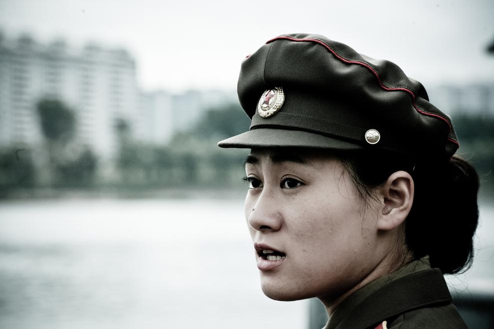 Portret al unei femei din Coreea de Nord îmbrăcată în uniformă militară, în Phenian, vineri, 7 decembrie 2012.